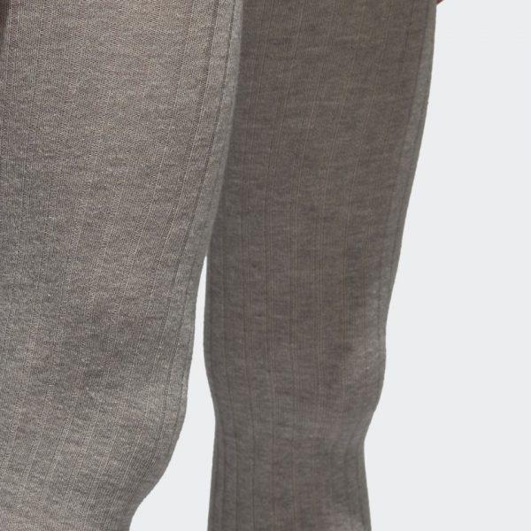 CALZAS 3 TIRAS UN PAR DE CALZAS CON ACANALADO TEJIDO Y LAS 3 TIRAS ALREDEDOR DEL DOBLADILLO El indudablemente auténtico, moderno y fresco estilo de las prendas deportivas clásicas de adidas encuentra una nueva expresión urbana. Al renovar las siluetas emblemáticas con materiales y estilo contemporáneo, las posibilidades son infinitas. Estas calzas para mujer son esenciales para el clima frío e ideales para usar en capas. Están confeccionadas con algodón suave y elasticado con una estructura acanalada por las piernas que empieza en la cintura. Las 3 Tiras alrededor de los tobillos completan el look.