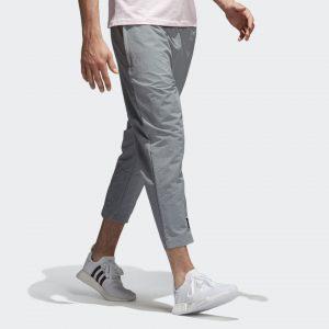 """PANTALONES NMD UN PANTALÓN DEPORTIVO DE INSPIRACIÓN OUTDOOR CON PANELES REFORZADOS Y ENTREPIERNA CAÍDA. Con una mezcla perfecta de diseño progresista y funcional, el look minimalista y versátil define la colección NMD. Detalles sutiles y líneas sencillas llevan estos pantalones para hombre al siguiente nivel. Inspirados en las prendas outdoor, estos pantalones de corte entallado lucen paneles reforzados cosidos en las pantorrillas para brindar una mayor durabilidad, mientras la entrepierna caída brinda un ajuste moderno El toque final lo pone el logo NMD en estampado contrastante en el bolsillo y el tobillo con la frase """"The brand with the 3-Stripes"""" en cuatro idiomas."""
